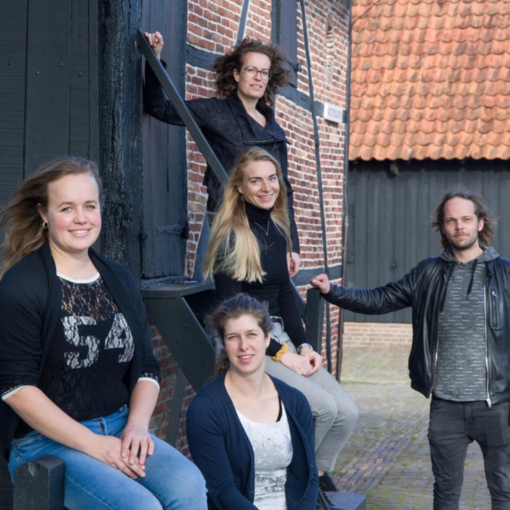 Marianne van de Sluis, Evelien Holtmaat, Marieke Duijn, Arjan Veenhuizen en Rachel Scheurwater